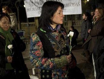 Ruth Ortiz, madre de dos niños desaparecidos hace cinco meses de Córdoba, durante su participación en el acto organizado esta tarde en Cornellà (Barcelona) por InterSos en cornella con motivo del Día de las Personas Desaparecidas Sin Causa Aparente.