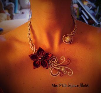 Fleur en velours bordeaux sur collier de mariée