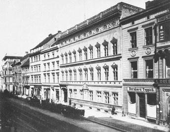 Im Berliner Landschafthaus, Spandauer Straße 59, hatte Joachim Erdmann von Arnim als Deputierter der uckermärkischen Ritterschaft  eine Wohnung. Hier starb er 1804.