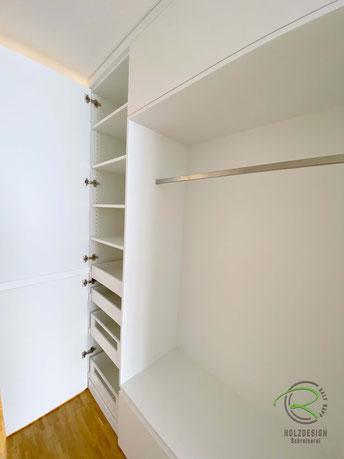 Garderobenschrank weiß mit Innenschubladen u. offener Garderobennische mit Kleiderstange