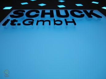 Logogestaltung mit Fräsbuchstaben aus Acry-Buchstaben, Rückwand mit Logogestaltung mit Fräsbuchstaben u. RGB-Beleuchtung mit Beleuchtungspaneel Lightpanel frameless