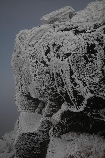 凍てつく岩