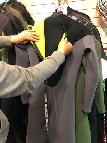 脱ぎ着がしやすいバックジップも安定の人気です。