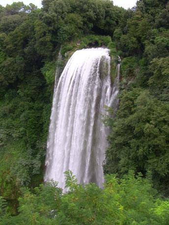 水門が開くと、同じ滝でもこの水量になります。