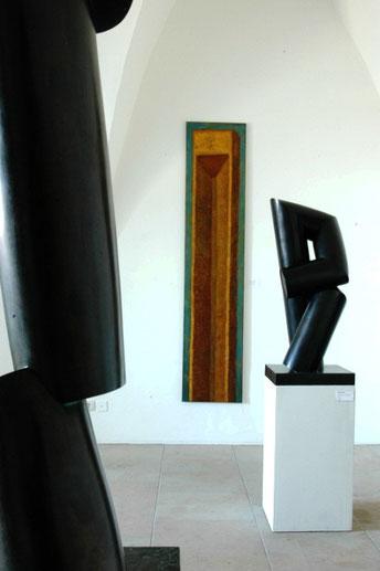 """Künstlerbundausstellung """"OBEN"""" ,  Albrechtsburg Meißen,  2012, die Ölmalerei """"Turm"""" von Matthias Schroller im Kontext zweier Plastiken von Lothar Beck"""