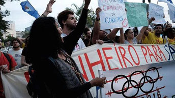 Tusinder protesterede mod legene mens den olympiske ild blev båret gennem Rio de Janeiro.