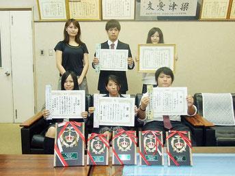 識名園歌会で3人が社長賞を受賞。初めて学校賞も受賞した八重山商工高校=11月30日、同校