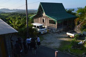 高樹容疑者の自宅には本土を含むマスコミが殺到した=25日、川平山原