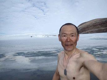 氷河の脇の湖で体を拭く。さすがに暖かいとは言えず、顔がこわばる