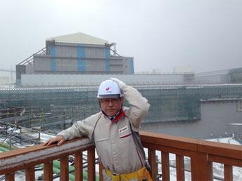 写真1 吹雪の中、展望台から建造中の原子炉建屋を臨む