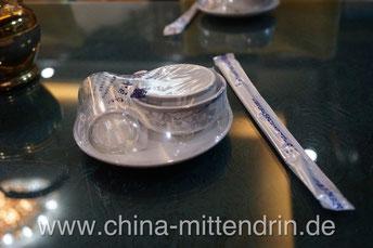 So kommt in vielen einfachen Restaurants das Geschirr auf den Tisch. Sieht sauber aus. Und es macht auch einen Heidenspaß, es auszupacken. Vor allem junge Chinesen lassen die Plastikhaut ploppen, indem sie mit den Essstäbchen schwungvoll hineinstechen.