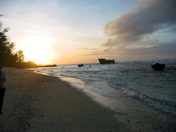 海岸近くに難破船が放置されていた