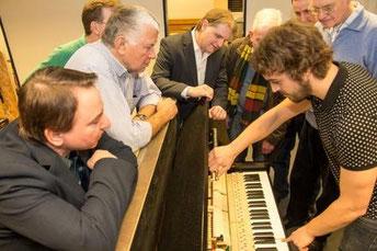 In Gegenwart der Besucher wird ein altes Klavier restauriert und neu eingestimmt.