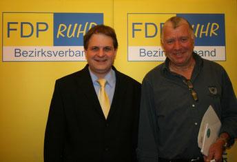 Parteichef Ralf Witzel gratuliert Günther van Wasen (rechts).