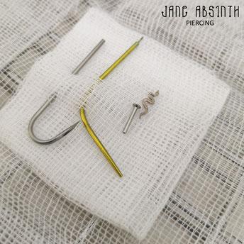 Setup für ein Freihand Tragus Piercing mit gebogener Nadel