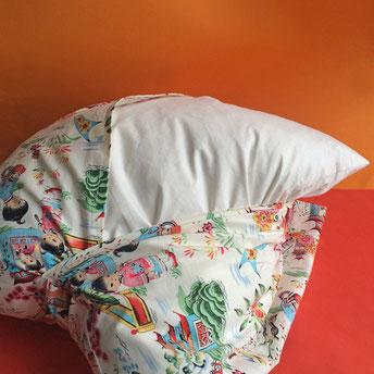 Kissen beziehen und aufs Sofa legen