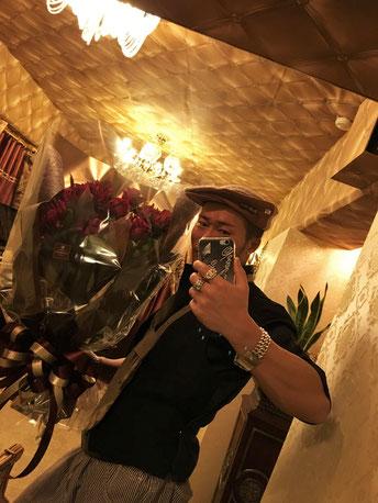 誕生日プレゼントとして頂いた花束と共に、Cスタジオにて