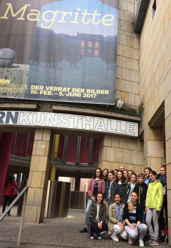 Kunst-AG vor der Kunsthalle