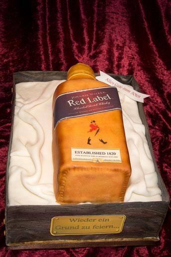 Whiskyflasche als Torte mit Tuch aus Fondant in einer Kiste in Holzoptik