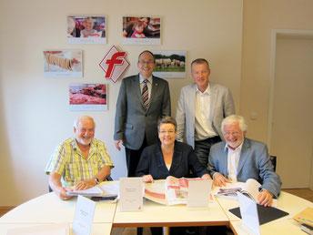 Die Jury des Rudolf-Kunze-PR-Preises, Renate Kühlcke (mitte) mit Dr. Klaus Viedebantt (rechts) und Karl-Heinz Stier (links). Auch DFV-Präsidialmitglied Michael Durst (hinten rechts) und Hauptgeschäftsführer Martin Fuchs waren von der Qualität der eingesen
