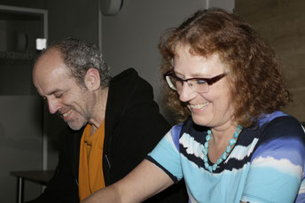 Gabriele Dienstl hält lachend eine Aktionskarte hoch, die zum sprechen animiert.