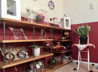 棚にはハンドメイド作品やワイヤー、お気に入りの小物が並びます
