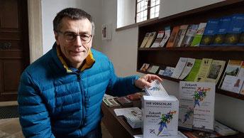 Richard Ulrich, Geschäftsführer des Diözesanrates der Katholiken im Bistum Eichstätt, zeigt die Box für Kandidatenvorschläge für die Pfarrgemeinderatswahl (Foto: Geraldo Hoffmann)
