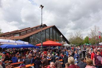 Biergartenbetrieb vor den Jurahallen