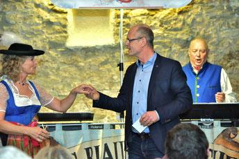 Monika und Jörg Messerer (Tracht) sowie Überraschungsschauspieler Bürgermeister Ludwig Lang aus Lauterhofen.   Foto: Hans Braun