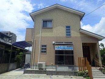 教室は静かな住宅街にある新築のオレンジのツートンカラーでオシャレな建物の2Fです。