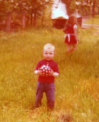 Ein Kleinkind mit einem rot-weißen Fußball