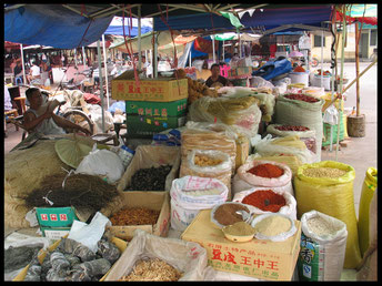 Chinese kruiden op een markt in China.