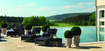 Der Infinity-Pool mit Blick auf den Golfplatz - © Spa & Golf Resort Weimarer Land