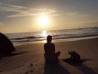 Nachdenklich mit Bick auf das Meer am Strad von Simonstown, Südafrika.