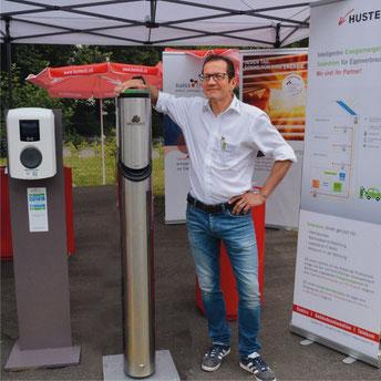 Andreas Bühler, Geschäftsleiter der Hustech, neben verschiedenen Ladestationen für den privaten und öffentlichen Bereich. Bild: zvg