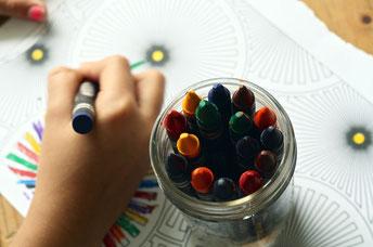 SchülerIn zeichnet