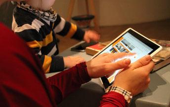Junge Besucher am Tablet (Foto: Anne Götzelmann / Museumsportal München)