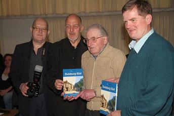 Das Autorenteam: Detlef Schmidt (l.),  Harald Molder (2.v.l.) und Reinhold Stausberg (r.) mit Heimatforscher Richard Luthardt (2.v.r.). (Foto: Heinz Pischke, ZZB)