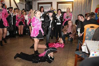 """Die """"Piraten des Südens"""" begeisterten beim """"Karneval Anno Pief"""" in den Rheinlust Terrassen in Wanheim das Publikum der Zeitzeugenbörse. Foto: H. Pischke/ZZB"""