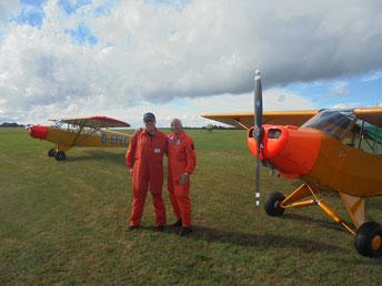 Elmar Lüttgen (l.) und Franz Fiekers (r.) in zu den Piper L-18C Super-Cubs D-EFLC und D-EDMW passender Kleidung. (Foto: Uwe Bodenheim)
