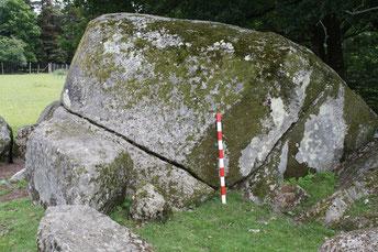 carrière mégalithique de l'Hirondelle avec gros bloc en partie détaché de la matrice