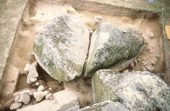 Blocs mégalithiques découverts de la fouille de la carrière de l'Hirondelle à Avrillé (85)