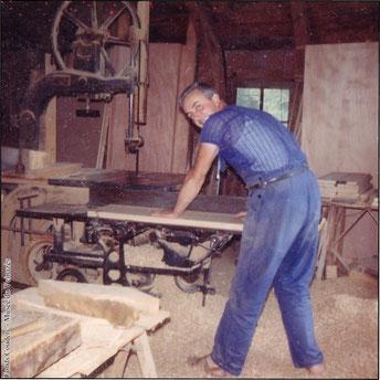 Louitou Couderc dans son atelier de la Croix de Pierre - vers 1975.