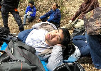 休憩風景 竹林の中にいるだけで不思議なやすらぎが得られました。眠くなった茶さん、気持ちいいなぁという表情 奥に座っているのがBamboo Kamakura代表 長谷川さん