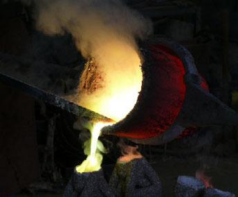 Bronzeguss / die flüssige Bronze wird in die Form gegossen