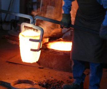 Schmelztiegel mit flüssiger Bronze / Bronzeguss