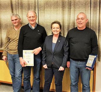 Für 40 Jahre Mitgliedschaft wurden Ralf Bremmer und Host Simmen (v.l.) geehrt. Den Ehrenteller, für 50 Jahre Mitgliedschaft, erhielt Hardy Cholibois (r.)