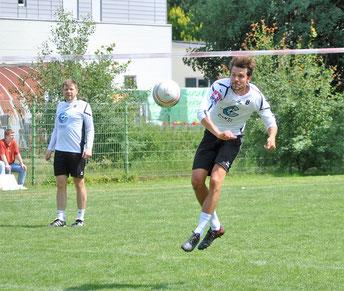 Auf unserem Bild verwandelt Bastian Dangel einen Schmetterball, interessiert beobachtet von seinem Angriffskollegen Florian Zwintzscher (links).