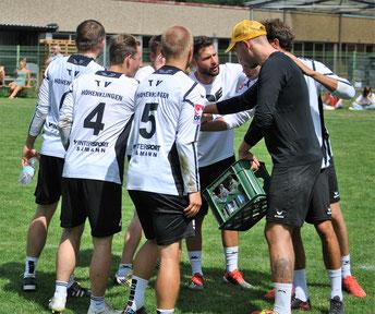 Kapitän Marco Kühner (Mitte) agierte am Samstagmittag nicht so sehr als Spieler, sondern in der Pau-se als Motivator