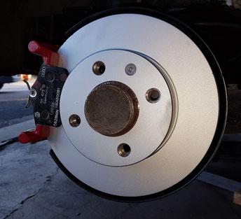 Bremscheibe, Sattelhalter und Bremsbeläge verbaut